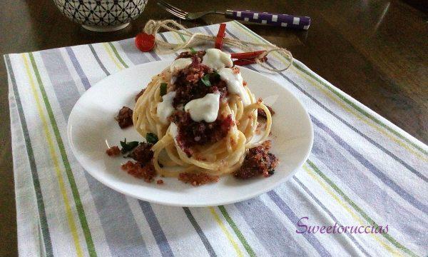 Spaghetti con besciamella e barbabietola ricetta cremosa