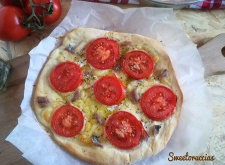 Pizza al pomodoro fresco con filetti di acciuga