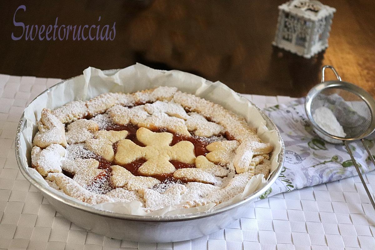 Crostata con marmellata di albicocche per la merenda o la colazione, preparata in casa con ingredie
