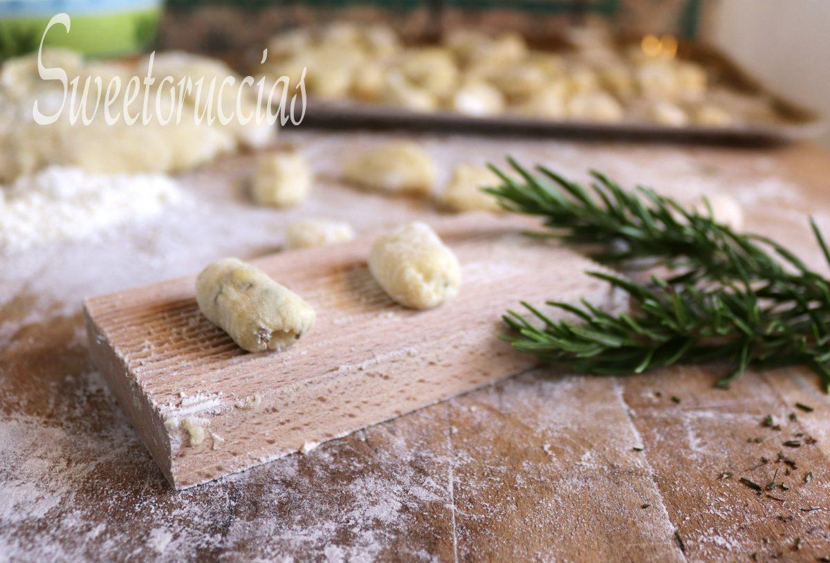 Ricetta base gnocchi di patate con rosmarino nell'impasto