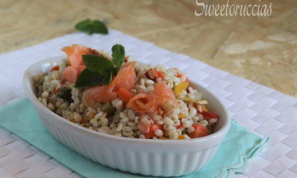 Orzo ad insalata profumato al salmone