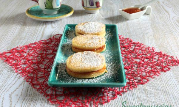 Tondi di pasta biscotto con marmellata di albicocche