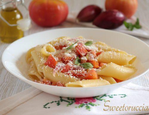 Pasta fredda con pomodoro fresco e cipolla di Tropea