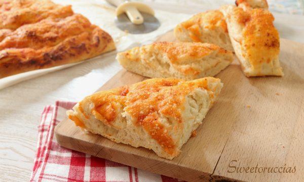 Focaccia con salsa di pomodoro e pecorino grattugiato