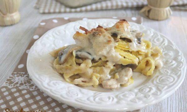 Nidi di fettuccine ricce al forno con pollo e funghi