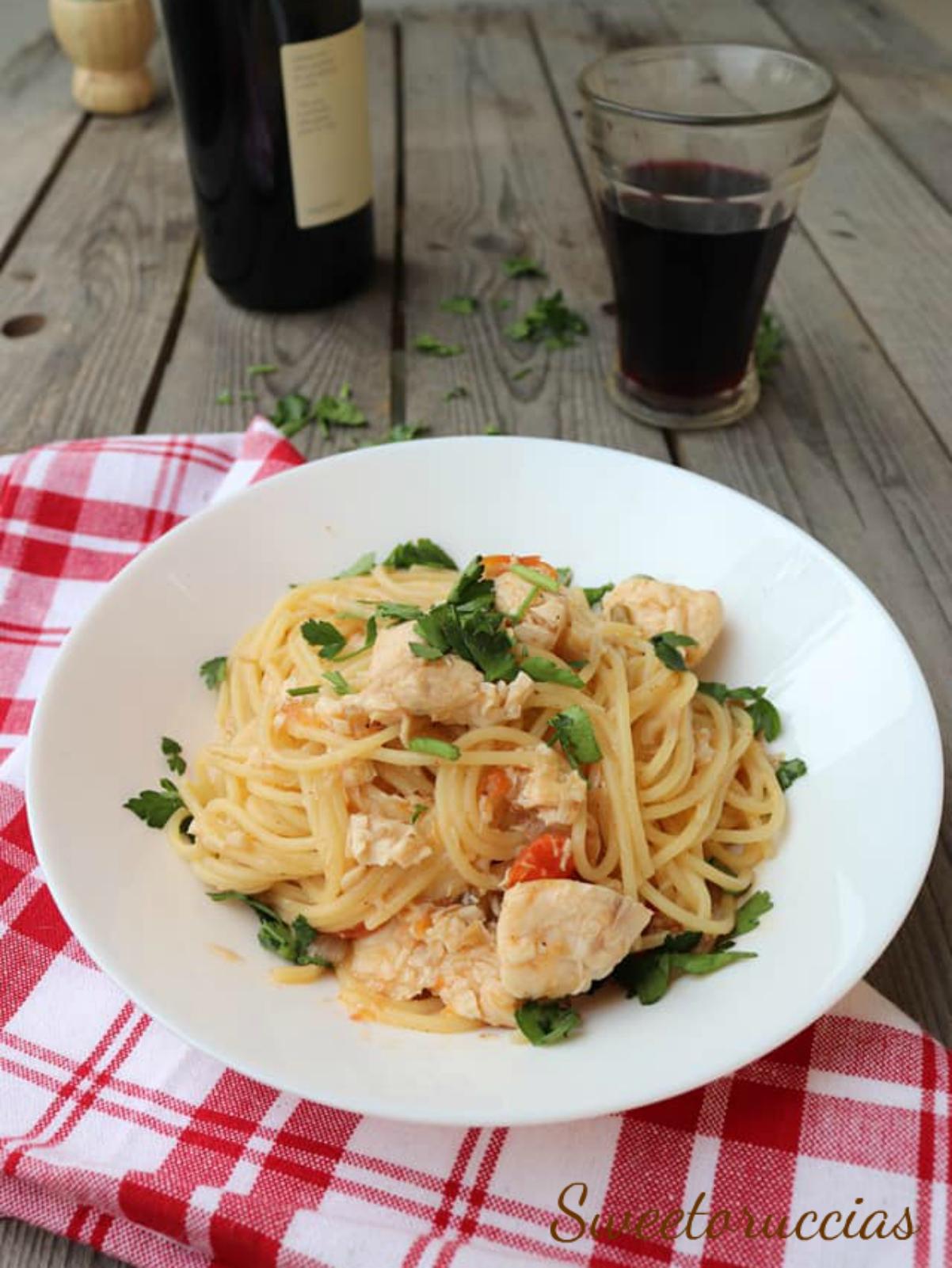 Spaghetti gustosi con bocconcini di cernia