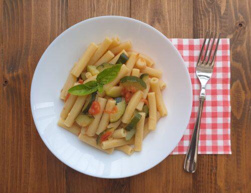 Pasta con pomodorini, zucchine e pepe bianco