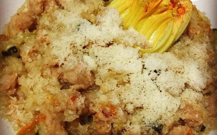 Risino con fiori di zucca e salsiccia