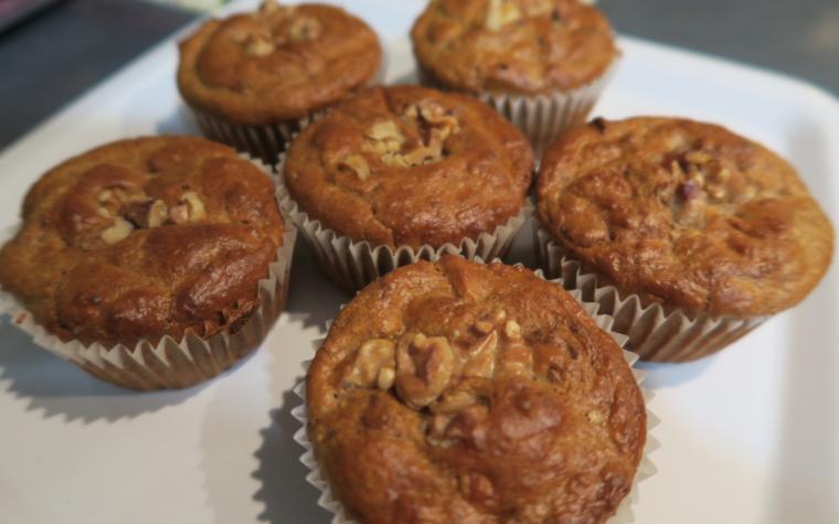 Muffin integrali con pere, cannella e noci