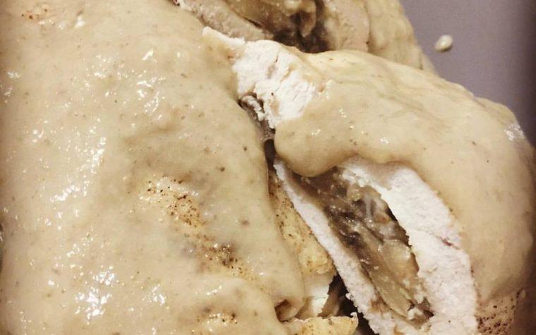 Fagottini di pollo ripieni di funghi e taleggio, in crema di latte