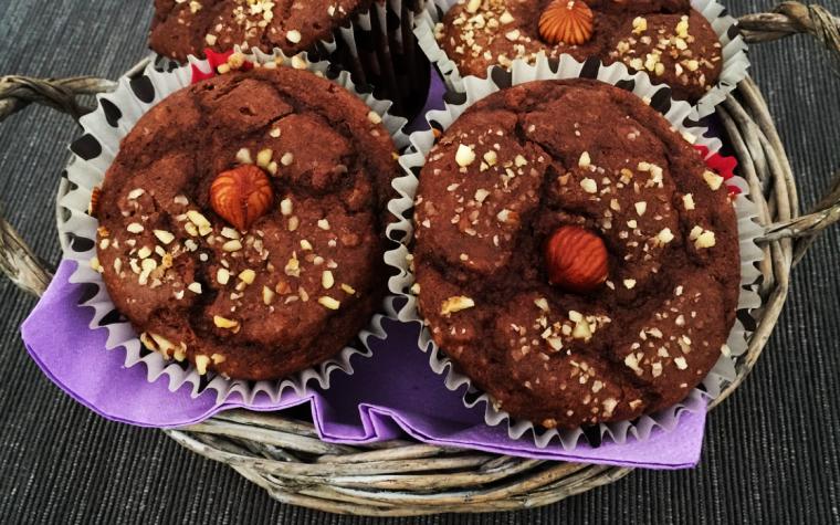 Muffin al cacao e nocciole ripieni di nutella