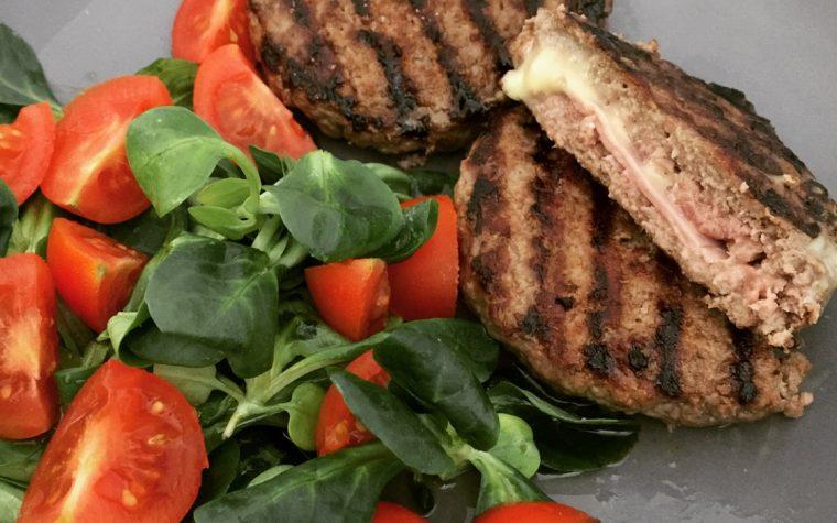 Hamburger ripieni con prosciutto cotto e gouda