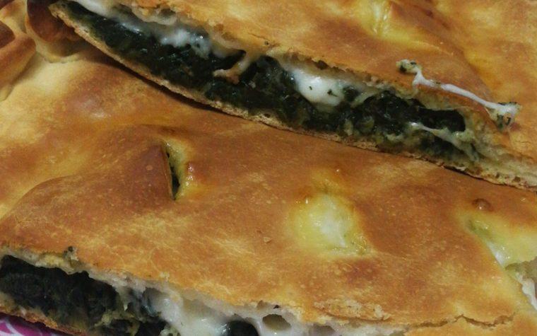 Pizza ripiena con broccoletti, salsiccia e scamorza