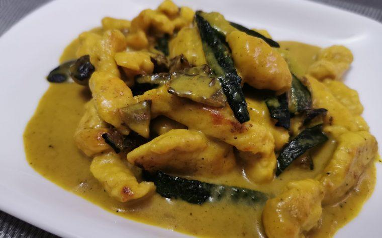 Bocconcini di petto di pollo con zucchine e crema di latte al curry