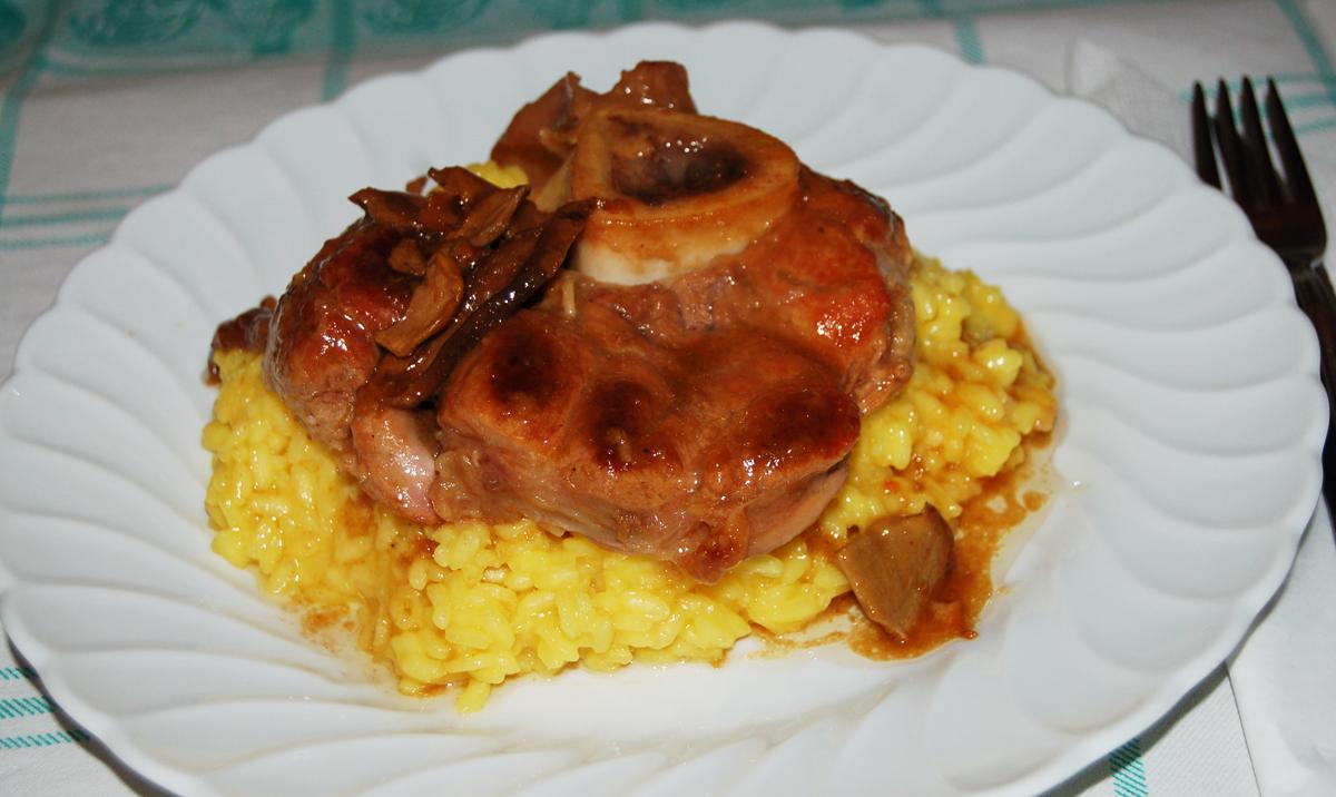 Ossibuchi con funghi e risotto giallo a tavola con elvezia for Cucinare ossobuco