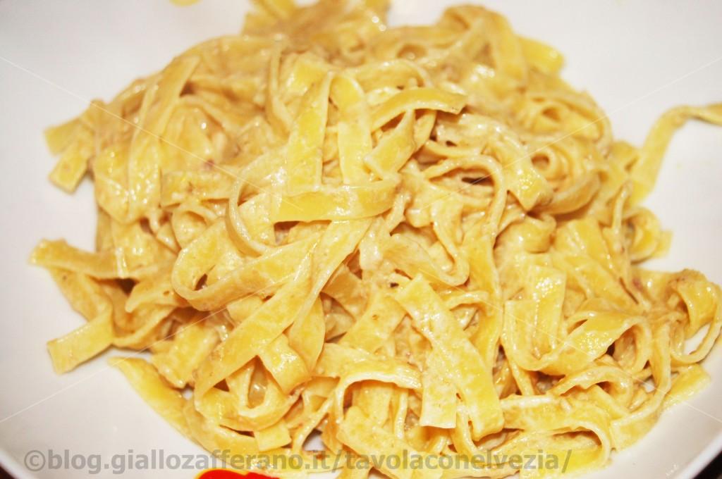 Tagliatelle con crema d'olive e panna