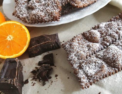Chiacchiere al cioccolato con aroma d'arancia