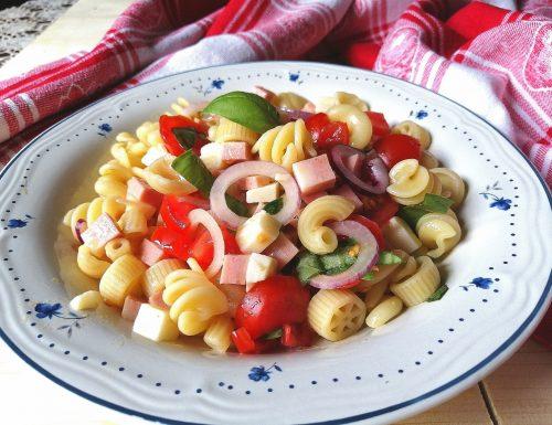 Pasta fredda con mortadella, provolone, cipolla e pomodorini