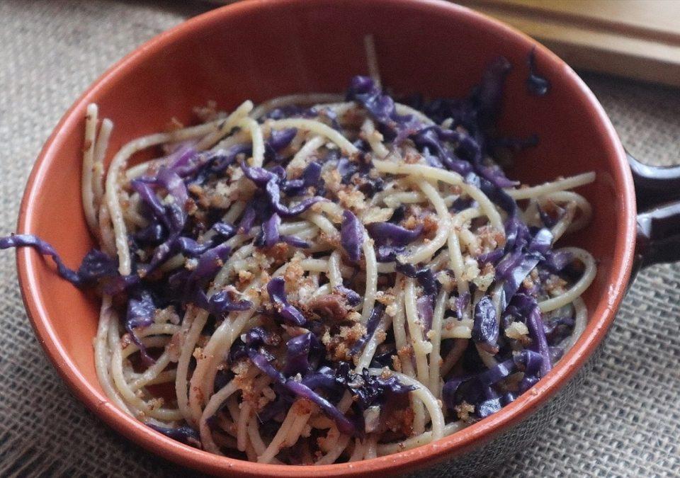 spaghetti con cavolo cappuccio viola