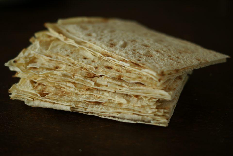 Il Pane Carasau si può usare per preparare una lasagna veloce senza preparare la pasta fresca.