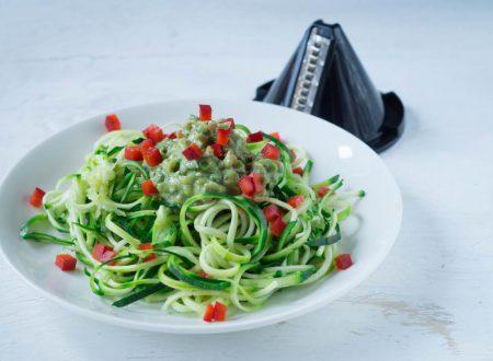 Spaghetto crudo di zucchine con salsa all'avocado e brunoise di peperone rosso.