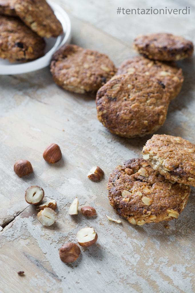 Biscotti con fiocchi di avena e nocciole, pezzetti di cioccolato e uvetta
