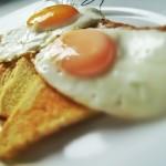 uova fritte al vapore sopra olio di oliva fritto pane