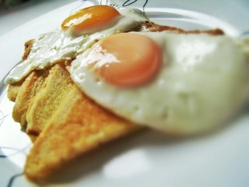 Pane fritto con uova all'occhio di bue