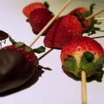 Cioccolato fondente tuffato fragole