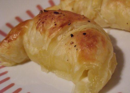Croissant ripieno con mozzarella e pomodoro