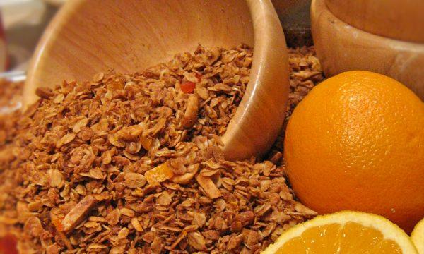 Colazione cereali, granola, arace e papaia