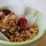 Granola di mandorle, uva passa e ciliegia