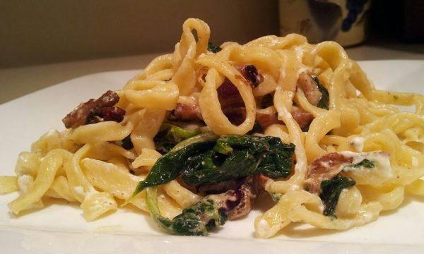 Fettuccine con pancetta e spinaci