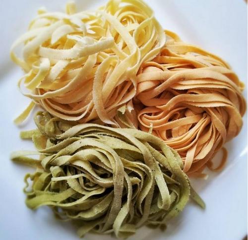 Fare la pasta fresca per il nostro mercato del contadino