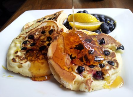 Pancake americani con mirtilli, miele e limone