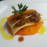 Insalata di lasagna con salsa di pomodoro giallo e melanzane