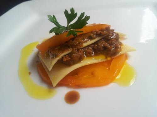 Lasagna insalata con salsa di pomodoro giallo e melanzane