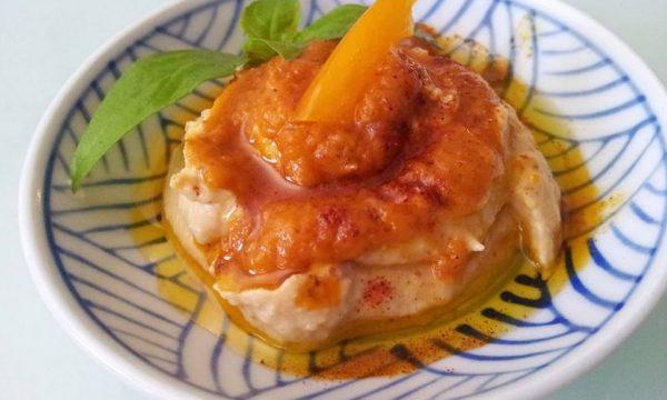 Hummus con salsa di pomodoro giallo