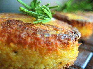 Medaglioni di polenta al formaggio con erbette profumate