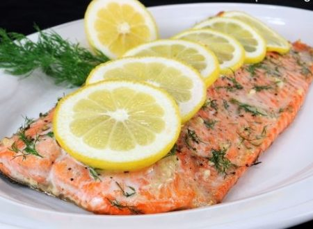 Salmone con limone, aglio e aneto