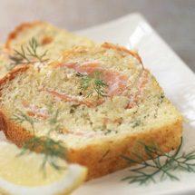 Torte salata al salmone affumicato con erba cipollina e limone