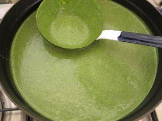 Crema di spinaci con l'aggiunta di panna