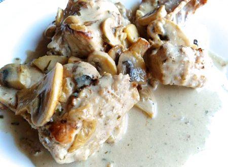 Coniglio con funghi e cipolle
