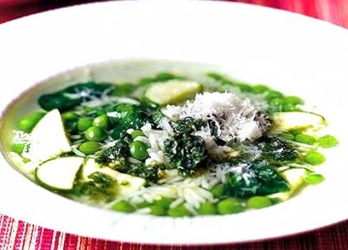 Zuppa di verdure e pesto verdi con riso