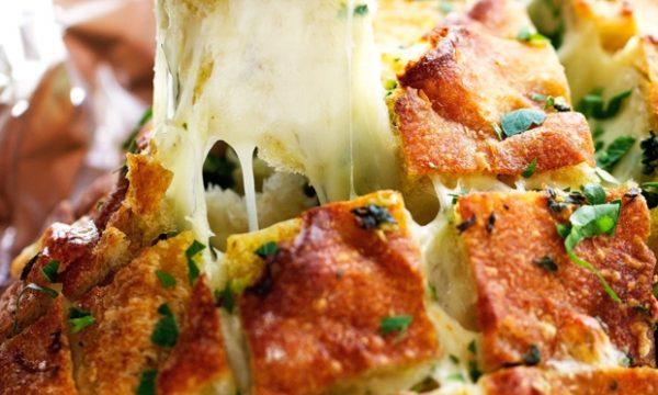Pane riccio con aglio e mozzarella