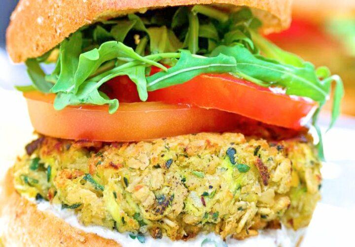 Hamburger di ceci e zucchine con salsa al limone e zenzero