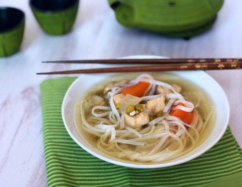 Zuppa di pollo con noodles di riso