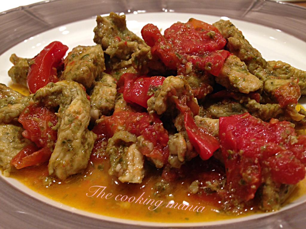 Straccetti di pollo con pesto e pomodorini