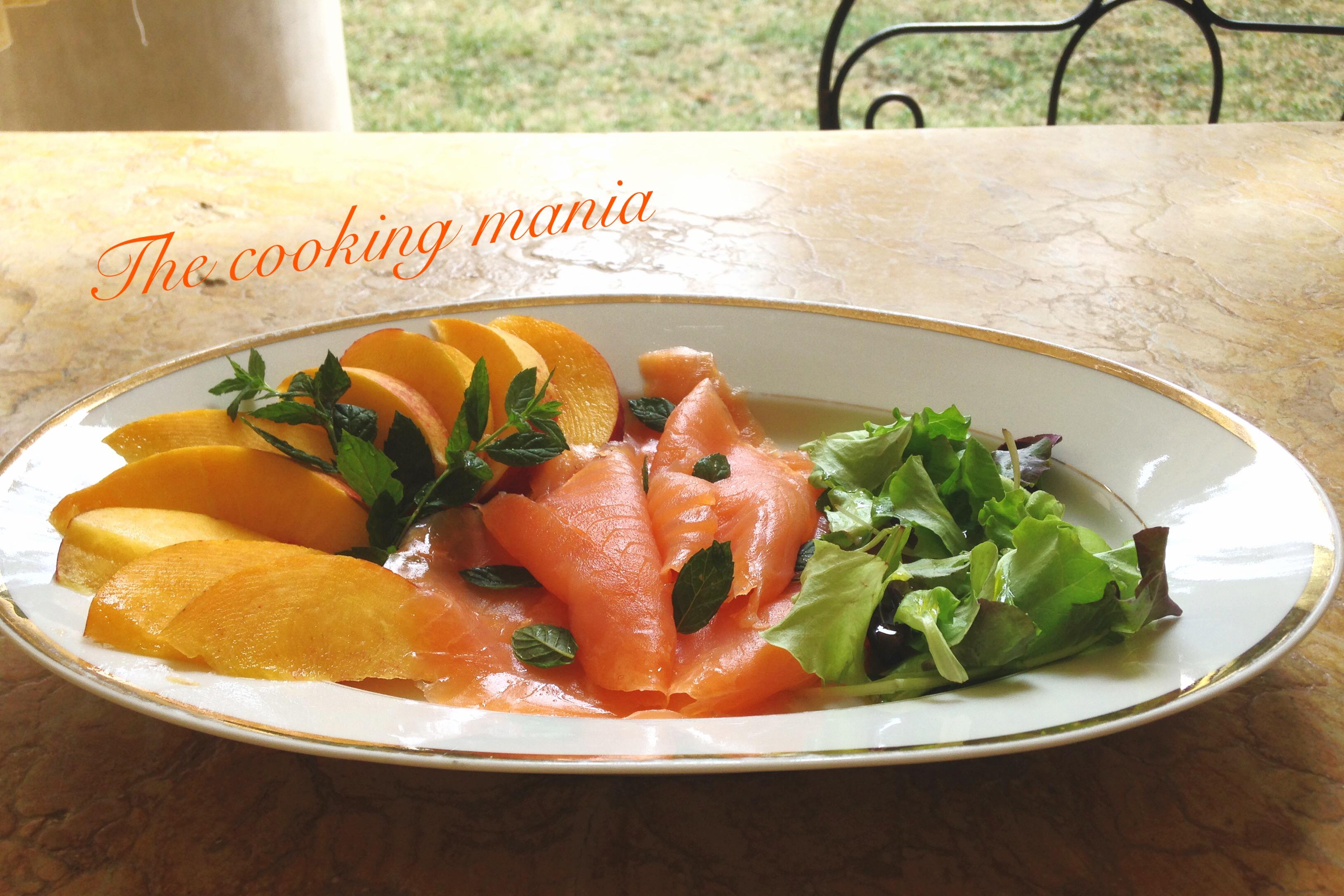 Salmone affumicato con pesche, menta e insalatina