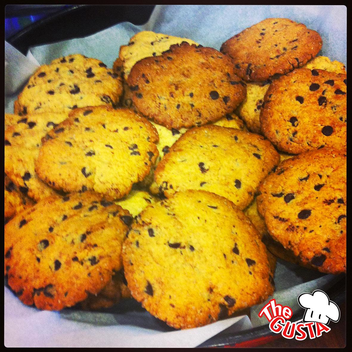 Cookies, biscotti di pasta frolla con gocce di cioccolato fondente.